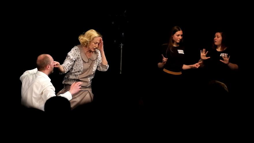 """Spektaklis  """"Aušros pažadas"""" skirtas žiūrovams su klausos negalia"""