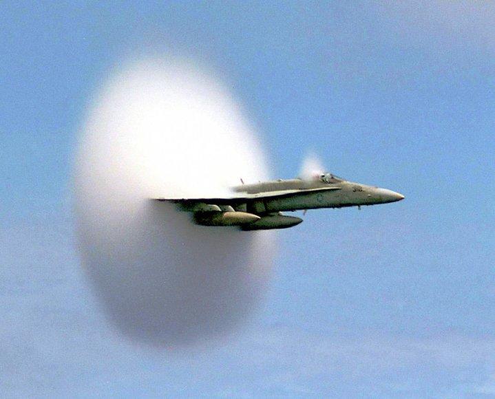 F/A-18 Hornet smūginė garso banga (asociatyvi nuotr.)