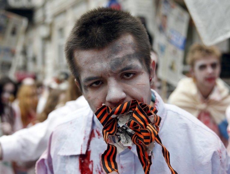 Ukrainos aktyvistai, persirengę rusišką propagandą ryjančiais zombiais