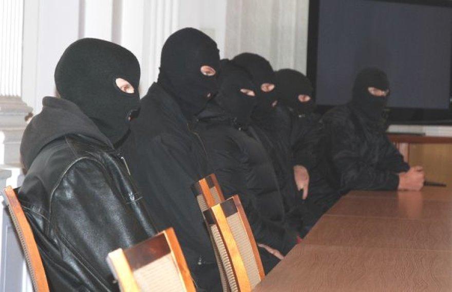 Keturi kaukėti pareigūnai saugojo abu brolius Bušinskus, kuriems taip pat leista dėvėti kaukes.