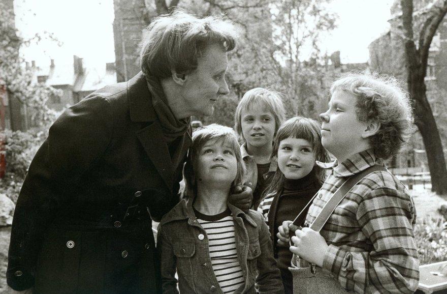 """Vida Press nuotr./Astrid Lindgren su mažaisiaisi filmo """"Karlsonas ant stogo"""" aktoriais"""