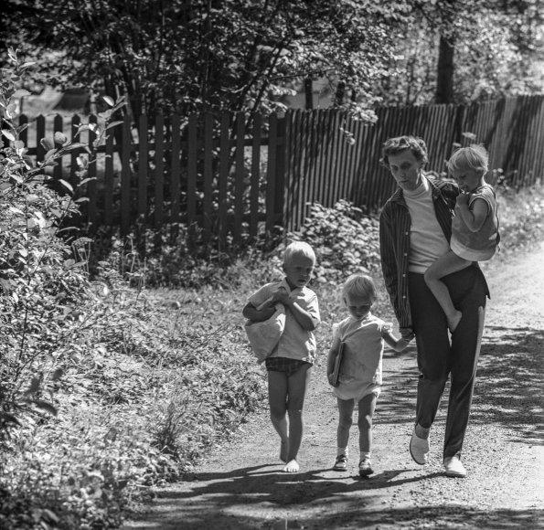 """Scanpix"" nuotr./Astrid Lindgren su anūkais 1965 m."