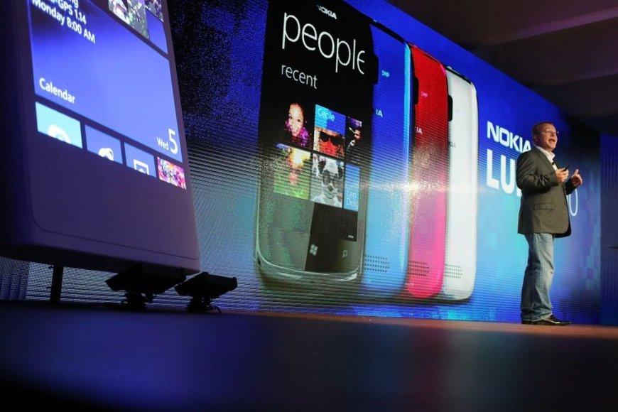 """""""Nokia"""" vadovas Stephenas Elopas pristato naujus telefonus """"Lumia 920"""" ir """"Lumia 820"""""""
