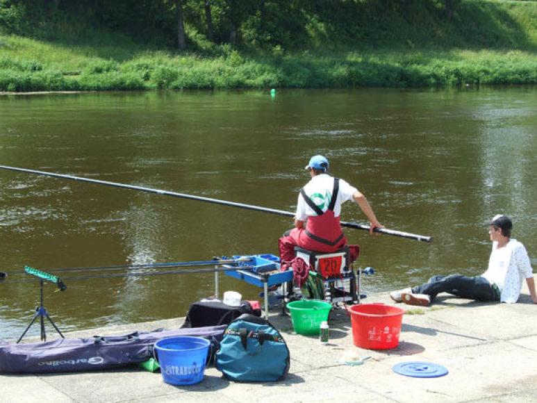 Didelėse ir vidutinėse upėse žuvys rudenį laikosi ties pagrindinės vagos šlaitu, kur jas sėkmingai galima meškerioti plūdine su šėrykle.