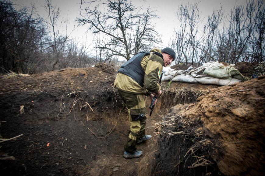 Vidmanto Balkūno/15min.lt nuotr./Marjinkos priešakinės gynybinės linijos vadas Olegas Basas šaukiniu Sanitaras