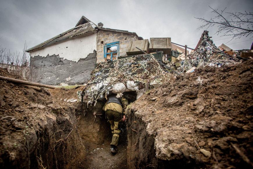 Vidmanto Balkūno/15min.lt nuotr./Olegas Basas-Sanitaras sėlina Marjinkos priešakinėmis gynybinėmis linijomis